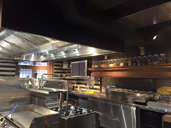 Restaurant Fabers in Alkmaar beschermt pand en omwonenden voor geuroverlast horeca en geurhinder horeca met doelmatige ontgeuringsinstallatie horeca via Ozone Blaster